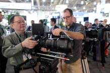 Duclos Lenses Chief Engineer Alex installing a Duclos Carry Handle on the Fujinon 25-300mm Cabrio.